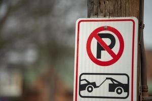 Aucun signe de remorquage de stationnement sur un poste de rue photo
