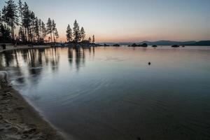 novembre coucher de soleil sur le lac tahoe en californie photo