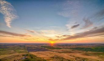 champs et fermes palouse au coucher du soleil paysage de steptoe butte photo