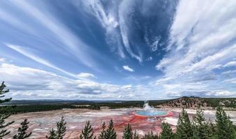 le grand printemps prismatique de renommée mondiale dans le parc national de Yellowstone photo