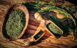 Aneth Anethum graveolens sur bois d'olivier photo