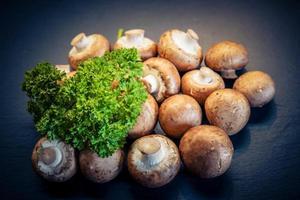 champignons de Paris frais crus photo