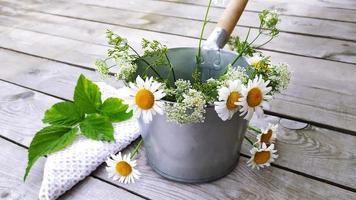 seau en métal avec un bouquet de marguerites et une serviette blanche. photo