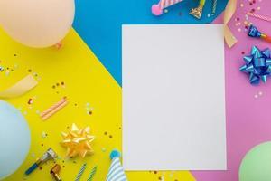 fond de joyeux anniversaire, décoration de fête colorée à plat photo