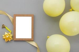 fond de joyeux anniversaire, décoration de fête à plat avec cadre photo