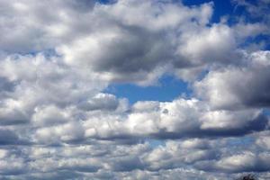 le ciel avant la tempête. des nuages blancs flottent sur le pittoresque photo