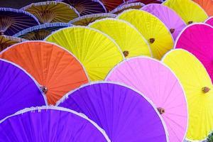 parapluies en papier colorés faits à la main à chiang mai, thaïlande photo