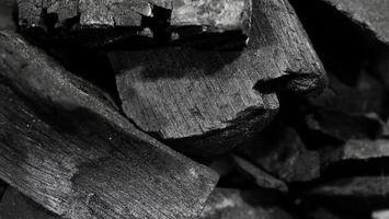 charbon de bois noir sur sol texturé noir photo