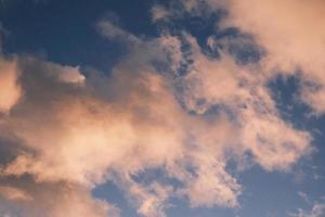 ciel bleu avec des nuages de rêve matin au lever du soleil photo