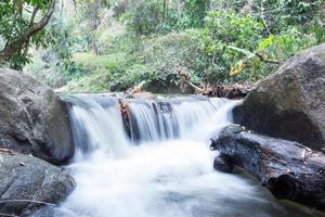 cascade dans le parc national de khao yai en thaïlande photo