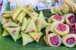 bananes avec du riz gluant sur une feuille de bananier verte sur le marché thaïlandais. photo