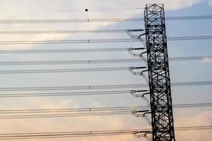 pylône électrique en arrière-plan du ciel du soir, lignes horizontales. photo