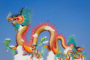 statue de dragon chinois avec deux petits oiseaux sur le dos photo