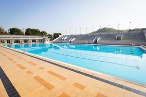 piscine vide en journée ensoleillée, plan large, horizontal photo
