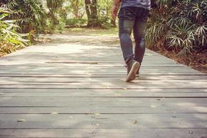 les pieds de l'homme vont dans des baskets marchant dans le parc photo