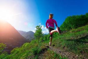 jogging à travers la campagne sur le chemin de la montagne fille photo