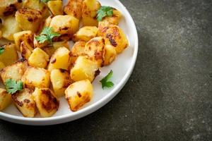 pommes de terre rôties ou grillées sur assiette photo