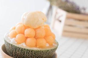 Ice melon bingsu, célèbre glace coréenne sur table photo