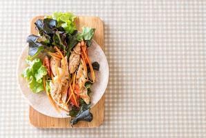 envelopper le rouleau de salade sur la table photo