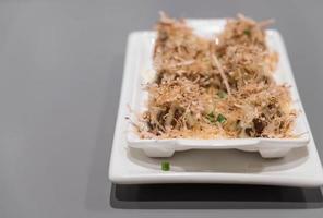 takoyaki sur plaque blanche - cuisine japonaise photo