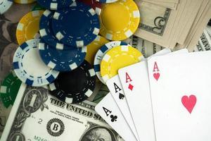jetons d'argent et cartes de jeu photo