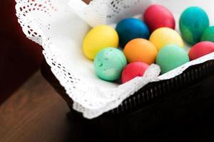 oeufs de Pâques colorés pascals photo