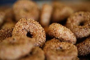 petits bagels, bagels au sésame, bagel à l'huile fraîche photo