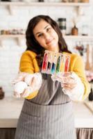 femme, coloration, oeufs pâques, tenue, tubes, à, coloré, liquides photo