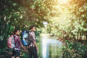 couple de randonnée en forêt ensemble. vacances de voyage d'aventure. photo