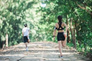 homme et femme s'étirant ensemble dans le parc. photo
