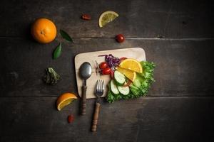 salade fraîche avec tranche d'orange sur un fond en bois photo