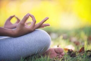 jeune femme asiatique faisant du yoga dans le parc photo