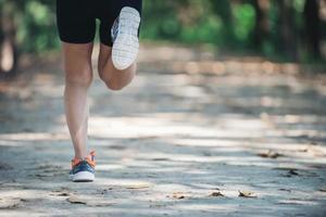 arrière d'une femme en bonne santé pendant le jogging le matin au parc. photo