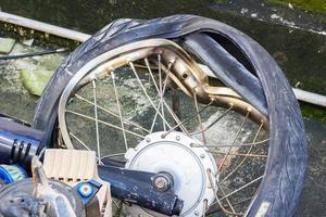 roue cassée de moto accidentée photo