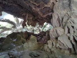photo horizontale d'une grotte naturelle en thaïlande
