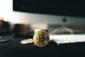 pièces de monnaie bitcoin sur un bureau en bois photo