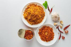 pâte de chili de porc croustillant sur une assiette avec accompagnements photo
