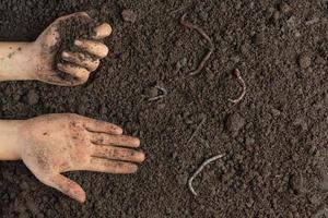 main tenant un sol noir pour cultiver des cultures concept de la journée mondiale des sols photo