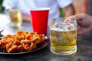 fête de la bière avec des amis à la maison, concept de la journée internationale de la bière. photo