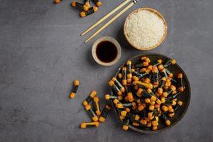 galettes de riz croustillantes enrobées d'algues photo