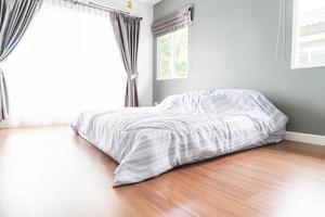 décoration de lit à l'intérieur de la chambre - filtre à lumière vintage photo