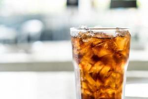 verre de cola glacé sur la table photo