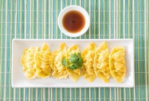 dim sum de boulettes de crevettes cuites à la vapeur photo