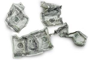 l'argent a écrasé des billets de cent dollars isolés photo