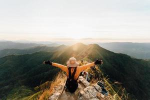 province de kanchanaburi, thaïlande, 2021 - femme au sommet de la montagne khao chang phuak photo