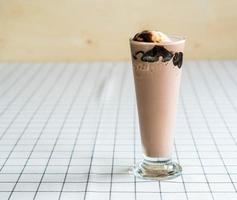 frappe au chocolat avec glace à la vanille sur le dessus photo