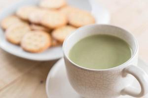 une tasse de thé vert matcha latte photo