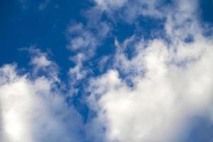 nuages doux sombres et brillants sur le ciel photo