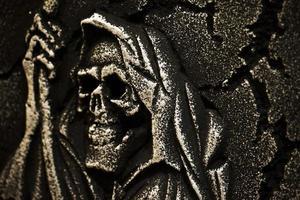 crâne effrayant de symbole d'halloween sur la pierre tombale photo