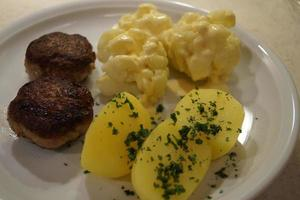 boulettes de viande frites avec brocoli bouilli et pommes de terre au persil photo